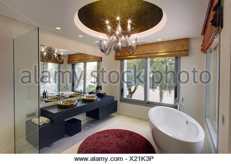 Ovale vasca da bagno separata e tappeto circolare in spagnolo