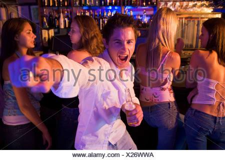 Giovane uomo in un bar Foto Stock