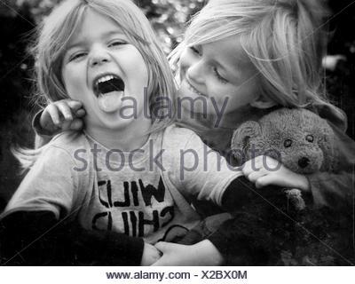 Fratelli felici giocando in posizione di parcheggio Foto Stock