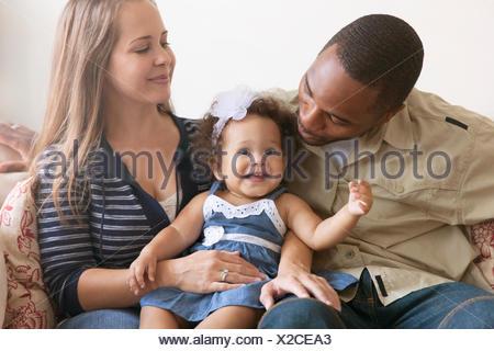Il padre e la madre tenendo la nostra bambina