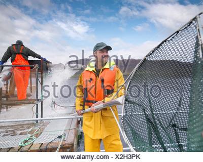Fisherman rete di contenimento in barca