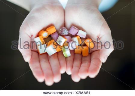Un ragazzo il contenimento delle caramelle Foto Stock