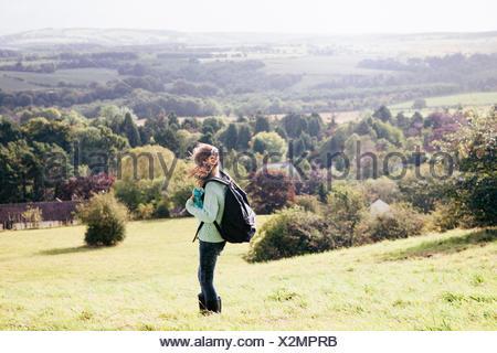 Ragazza in piedi in campo guardando a vista