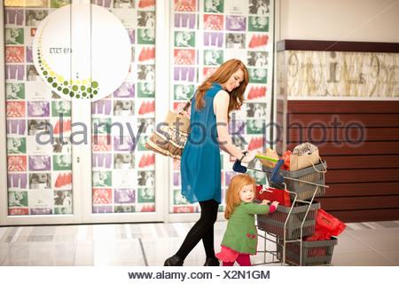Madre e figlia in shopping mall Foto Stock