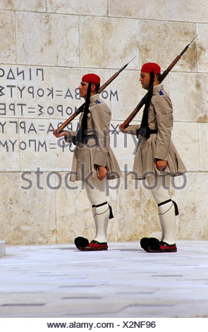 Evzoni, il cambio della guardia presso la tomba del milite ignoto davanti al Parlamento in piazza Syntagma, Atene, Grecia, UE Foto Stock