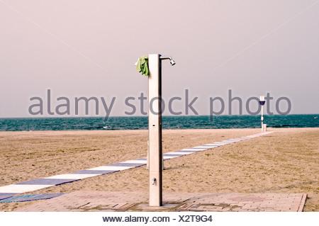 Doccia sulla spiaggia sabbiosa di Lido di Venezia, Italia e Europa Foto Stock