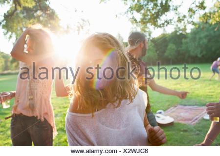 Amici adulti chat a parte nel parco al tramonto Foto Stock