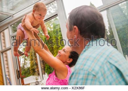 Madre mantenendo la bimba in conservatorio Foto Stock