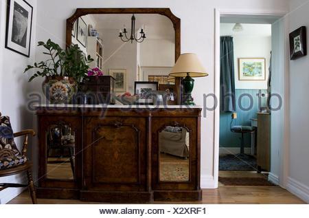 Credenza Con Ripiano In Marmo : Grande specchio al di sopra marmo antica credenza con porte a