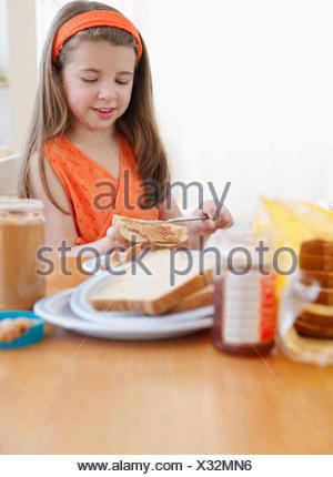Bambino rendendo il pranzo Foto Stock