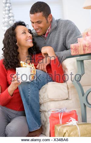 Regali Di Natale Per Moglie.Il Marito E La Moglie Affettuosamente Lo Scambio Di Regali Di Natale