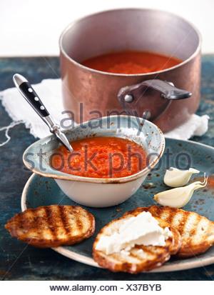 Zuppa di pomodoro Gazpacho nella ciotola blu Foto Stock