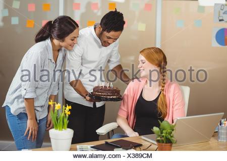 Happy business donna festeggia il compleanno Foto Stock
