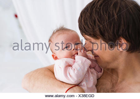 Padre holding baby Foto Stock