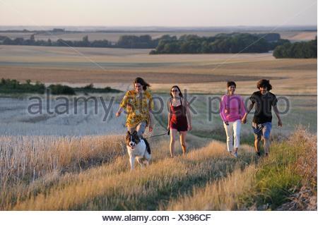 I giovani a piedi attorno a Mittainville, Yvelines reparto, regione Ile-de-France, Francia, Europa. Foto Stock