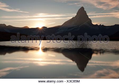 Tramonto sul Monte Cervino con riflessi nel lago Stellisee, Zermatt, Vallese, Svizzera, Europa, PublicGround