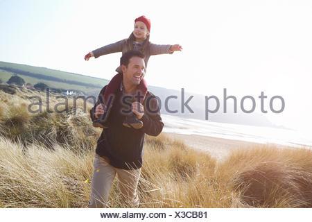 Padre e figlia a piedi attraverso le dune sulla Spiaggia Invernale Foto Stock
