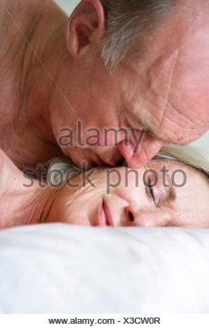 Profilo giacciono giacente giace il sonno dormire tenerezza vista frontale gli anziani senior Foto Stock
