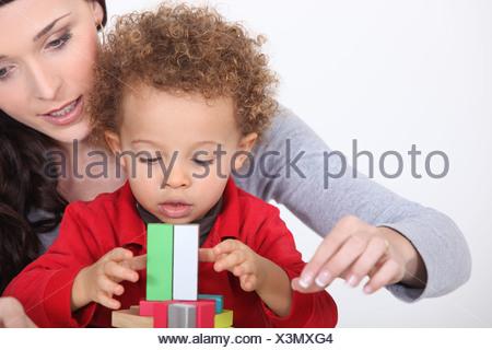 Mom giocando con il suo figlio adottivo. Foto Stock