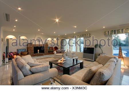 Divani beige e tavolo basso in soggiorno moderno con grande ...