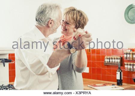 Coppia danzante in cucina Foto Stock