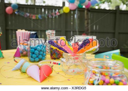 Candy party cappelli sulla festa di compleanno tabella backyard Foto Stock