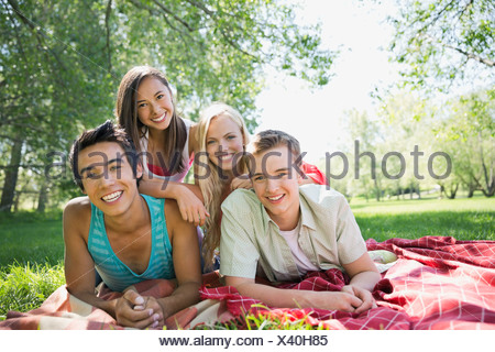 Ritratto di felice amici adolescenti all'aperto Foto Stock