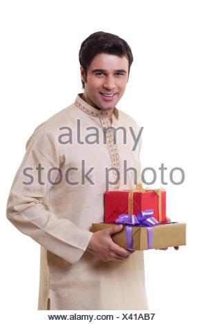 Ritratto di un uomo in Bengali holding doni Foto Stock