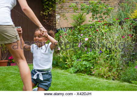 Madre e figlia in ballo nel giardino Foto Stock