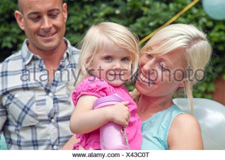 Felice il padre e la madre con bambino figlia Foto Stock