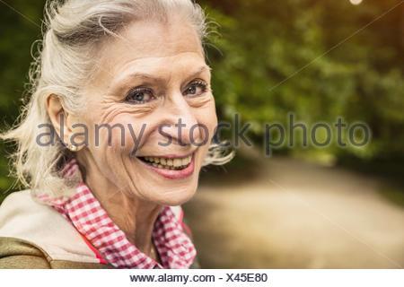 Close up ritratto di felice senior donna con i capelli grigi Foto Stock