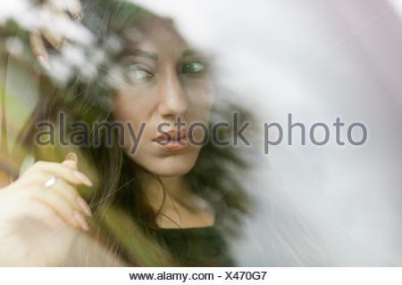 Giovane donna in auto Foto Stock