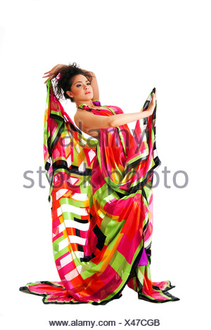 ... Bella ispanica caucasica Latina modello moda donna che indossa abiti  colorati d37e3a60ab5