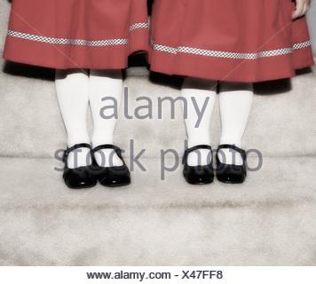Piedi e gambe di due ragazze Foto Stock