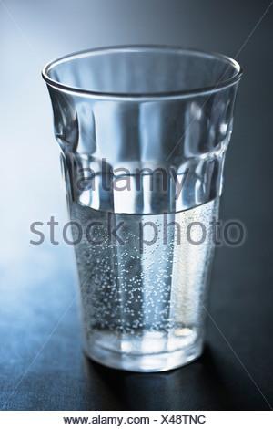 Le bolle di aria nel bicchiere di acqua Foto Stock