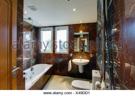 Moderno in marmo marrone spagnolo bagno con specchio illuminato
