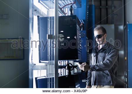 Giovane maschio ingegnere di lavoro nella tecnologia spaziale, Freiburg im Breisgau, Baden-Württemberg, Germania Foto Stock
