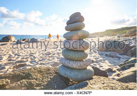 L'Italia, Sardegna, Lu Litarroni, il mucchio di pietre sulla spiaggia Foto Stock