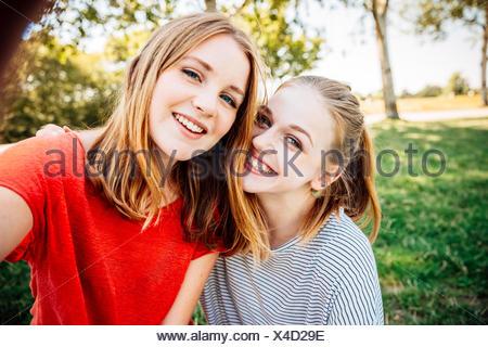 Felice di due ragazze adolescenti prendendo un selfie Foto Stock