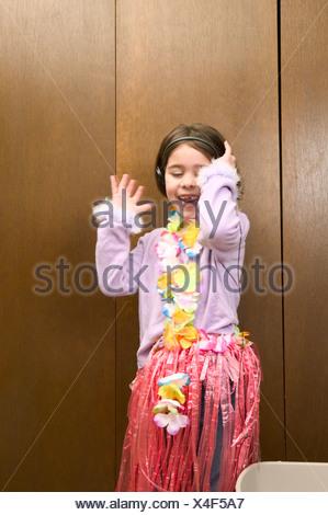 Ragazza giovane ascoltando le cuffie Foto Stock