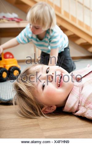Bambina e piccolo ragazzo giocando in kindergarten Foto Stock