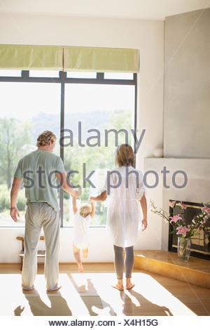 Paio di sollevamento figlio bambino in salotto Foto Stock