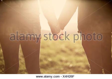 La sezione centrale del giovane, tenendo le mani Foto Stock