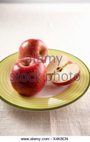 Le mele e la piastra Foto Stock