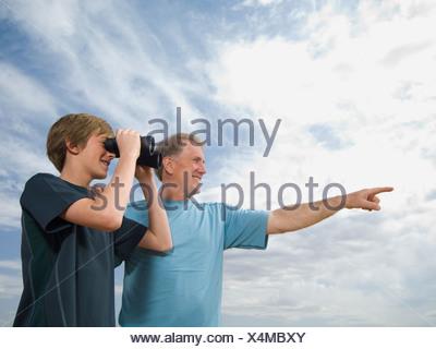 Padre e Figlio con il binocolo Foto Stock