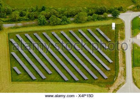 Vista aerea, pannelli solari su un campo, Winterberg, regione di Sauerland, Renania settentrionale-Vestfalia Foto Stock