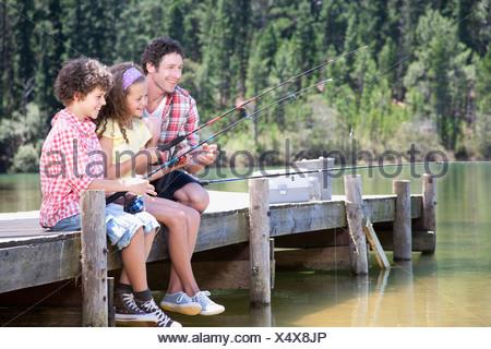 Famiglia pesca dock off Foto Stock