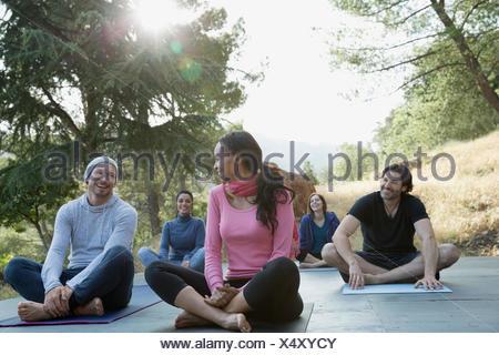 Sorridendo gli amici dopo yoga classe sul ponte Foto Stock