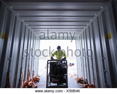 Il team di risposta alle emergenze lavoratore scarica attrezzature dal contenitore di spedizione