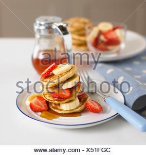 Un piatto di frutta e pancake Foto Stock